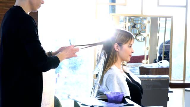 applying hair dye - highlights hair stock videos & royalty-free footage