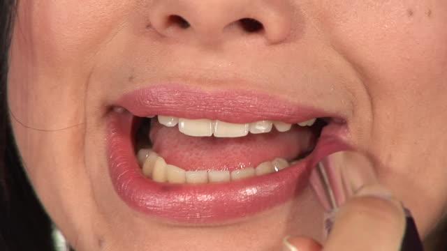 stockvideo's en b-roll-footage met hd: applying lipstick - videoportret