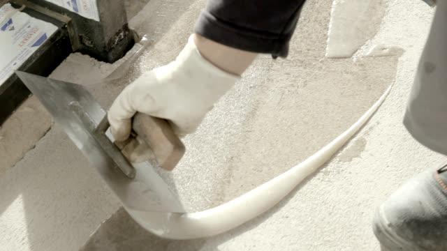applicazione di resina liquida su pavimento in cemento - sigillante video stock e b–roll
