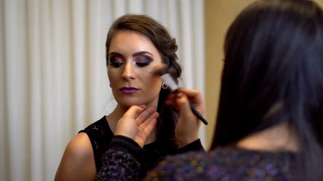 vídeos de stock, filmes e b-roll de aplicação de maquiagem - blush