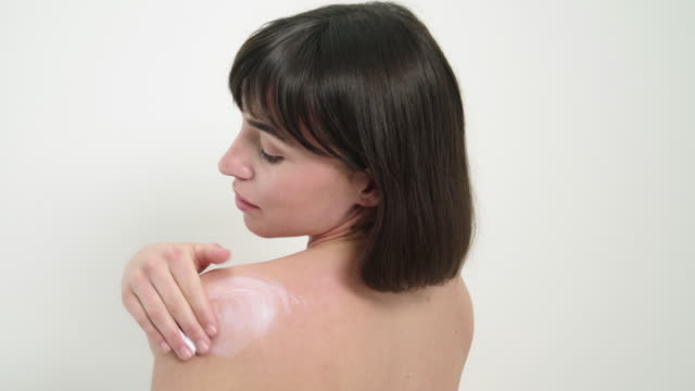 applying moisturizer - 人間の関節点の映像素材/bロール