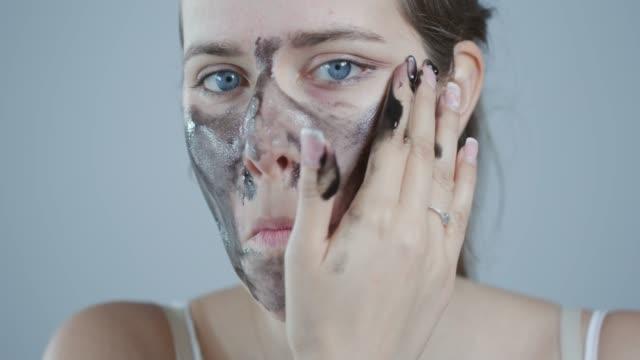 顔にピールオフ マスクを適用します。 - フェイスパック点の映像素材/bロール