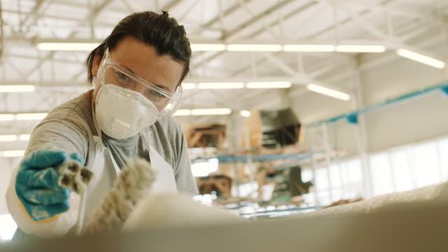 vídeos de stock e filmes b-roll de applying the epoxy - moldar