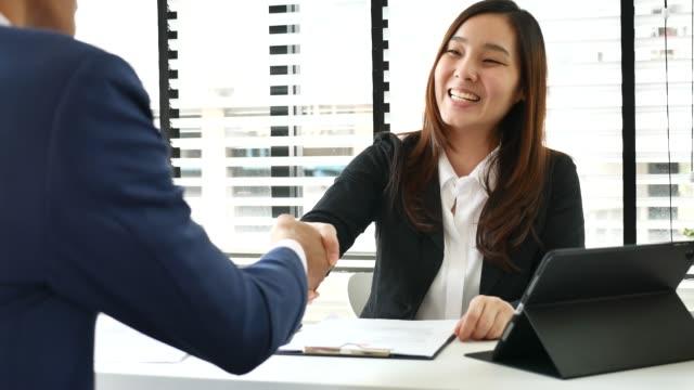 vídeos de stock e filmes b-roll de appointment between a businesswoman and a businessman, job interview - empregado