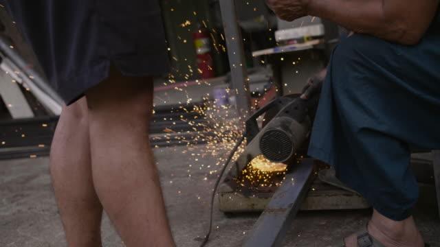 電動工具を使用した見習い金属作業員。 - 鉄点の映像素材/bロール
