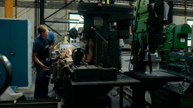 stockvideo's en b-roll-footage met apprentice training in a german machine factory - metaalindustrie