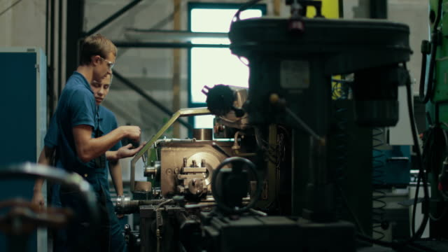 vidéos et rushes de apprentice training in a german machine factory - ouvrier