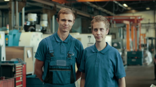 vidéos et rushes de apprentice training in a german machine factory - droit