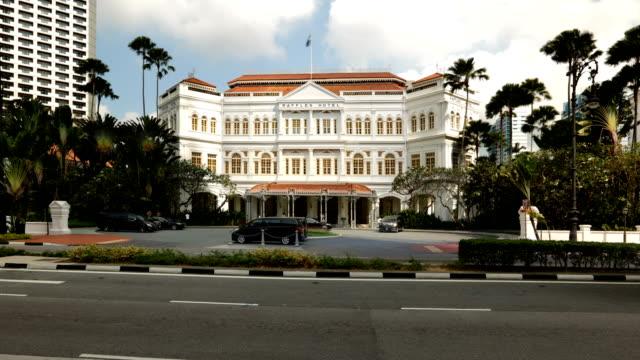 vidéos et rushes de approach to raffles hotel - façade