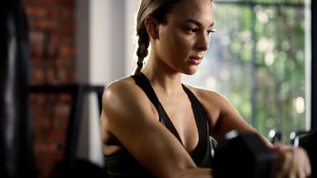 vídeos de stock e filmes b-roll de approach your routine with a strong mind - levantar