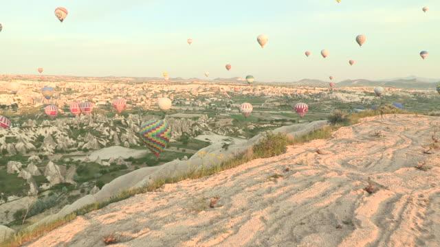 vídeos de stock, filmes e b-roll de approaching a drop, cappadocia, turkey - festa do balão de ar quente