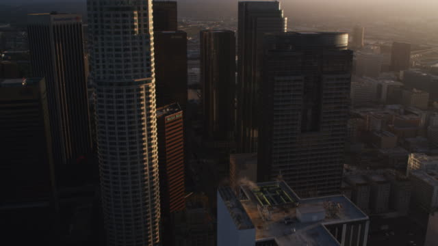 vídeos y material grabado en eventos de stock de approaching and flying close past skyscrapers of los angeles financial district.  shot in october 2010. - artbeats