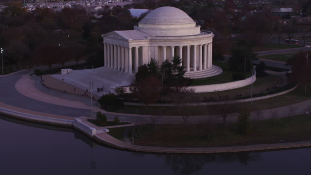 approaching and partially orbiting the jefferson memorial at dusk. shot in 2011. - artbeats 個影片檔及 b 捲影像