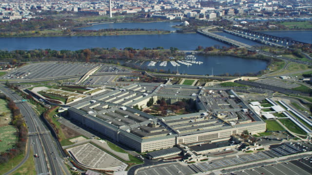 approaching and rotating the pentagon. shot in 2011. - ministero della difesa video stock e b–roll