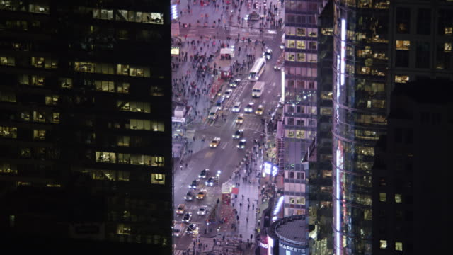 approaching between skyscrapers to look down on busy streets in glowing times square. shot in 2011. - artbeats 個影片檔及 b 捲影像