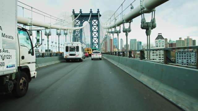 approaching brooklyn on the manhattan bridge - マンハッタン橋点の映像素材/bロール
