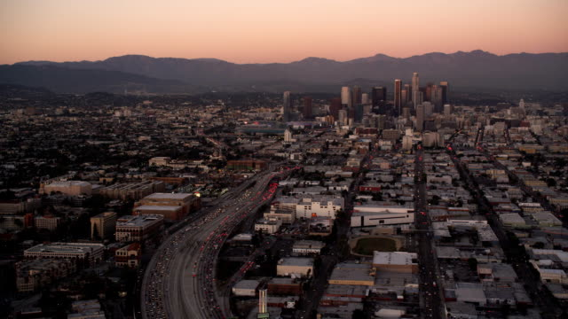 vídeos y material grabado en eventos de stock de approaching downtown los angeles in evening light. shot in october 2010. - artbeats