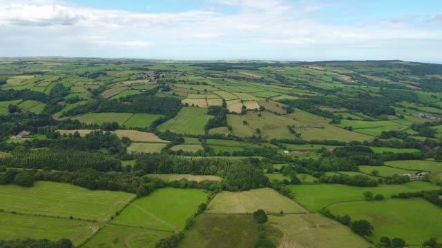 vídeos y material grabado en eventos de stock de approaching esk valley high angle view, showing patchwork fields - paisaje mosaico