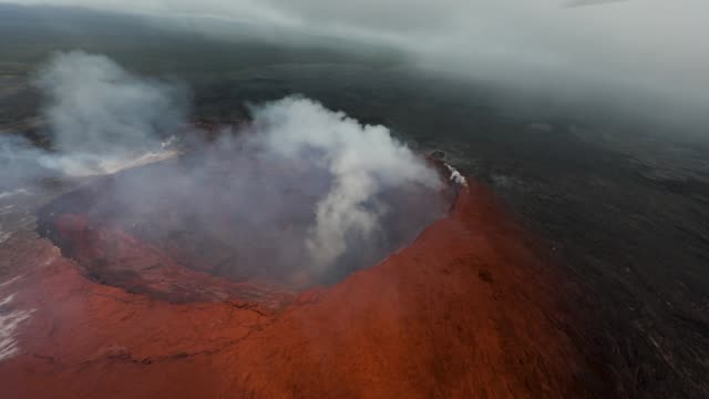 vídeos y material grabado en eventos de stock de approaching halemaumau crater outside of the tfr to document ash pluming into the air generated by a rock fall right before noon pu'u o'o continues... - cráter