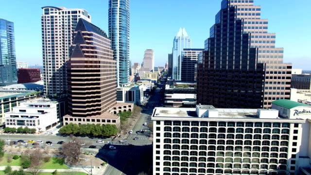 晴れた日に青空市上オースティン テキサスのスカイラインの象徴的な都市景観都市上空に近づいて