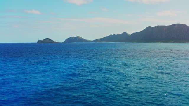 stockvideo's en b-roll-footage met aerial approaching manana island off the coast of oahu, hawaii - pacific ocean