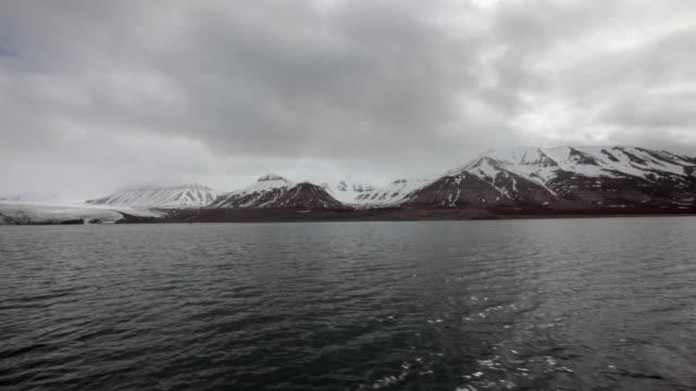 approaching nordenskiold or nordenskiöldbreen glacier on the spitsbergen island, svalbard - スヴァールバル諸島点の映像素材/bロール