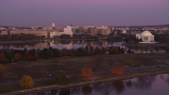 approaching over the potomac river toward the tidal basin and jefferson memorial at dusk. shot in 2011. - artbeats 個影片檔及 b 捲影像