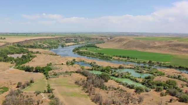 ws aerial approaching snake river at thousand springs / idaho, united states - スネーク川点の映像素材/bロール