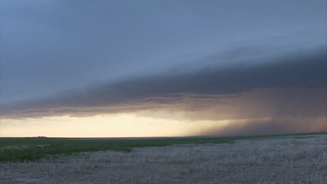 T/L approaching storm with shelf cloud, gust front.