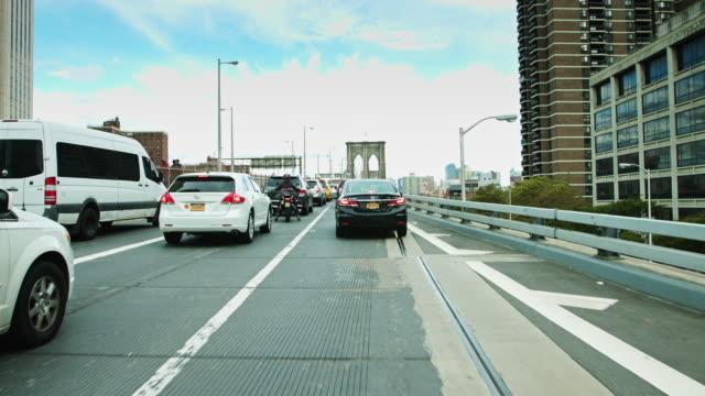 vídeos y material grabado en eventos de stock de approaching the brooklyn bridge - manhattan bridge