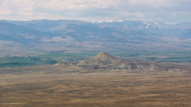 ws aerial approaching to crow heat butte / wyoming, united states - butte rocky outcrop stock videos & royalty-free footage