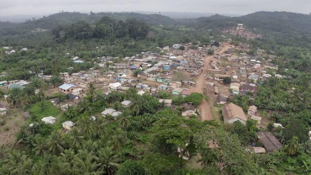 ドローンの視点からガーナの村に近づく - village点の映像素材/bロール