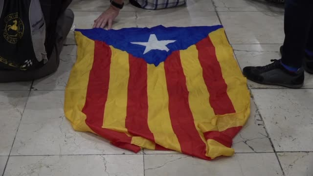 vídeos de stock e filmes b-roll de approximately two hundred independence activists have gathered at the sants train station in barcelona to have a picnic as part of a protest in... - politician