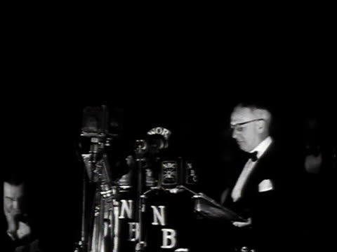 vidéos et rushes de april 10 1935 ws al smith giving speech about working with herbert hoover / new york new york united states - 1935