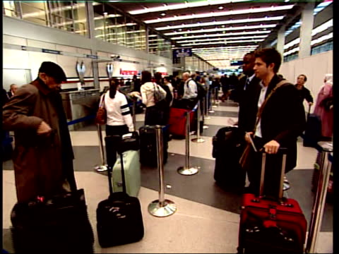 vídeos y material grabado en eventos de stock de april 10 2008 montage travelers waiting in line at the airport / chicago illinois united states - estilo del 2000
