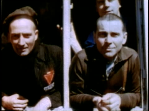 april 16 1945 ms men posing at buchenwald / weimar thuringia germany - campo di concentramento di buchenwald video stock e b–roll
