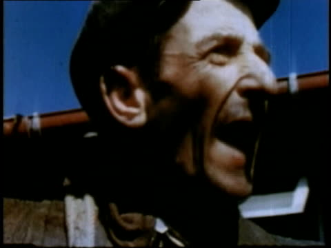april 16 1945 montage man talking heatedly at buchenwald / weimar thuringia germany - campo di concentramento di buchenwald video stock e b–roll