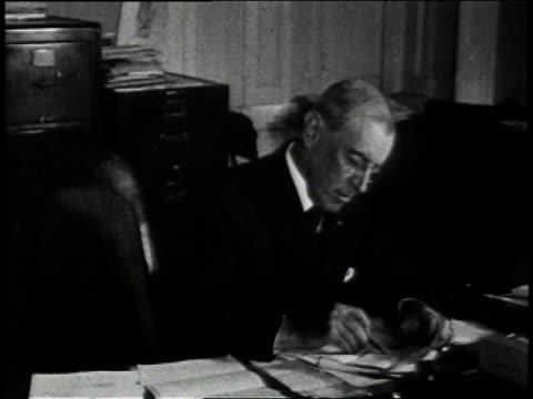 vidéos et rushes de april 2, 1917 president woodrow wilson writing at a desk / united states - président