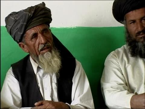 april 2004 afghan village elder talking to translator in meeting with us military personnel / ghazni, afghanistan - 頭飾り点の映像素材/bロール