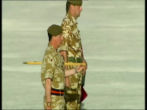 april 2007 montage u.k. soldiers at repatriation ceremony in camp bastion for killed british soldier/ camp bastion, helmand, afghanistan/ audio - provinz helmand stock-videos und b-roll-filmmaterial