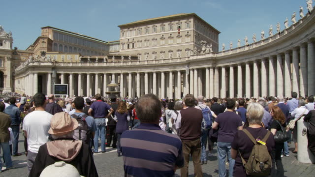 vídeos y material grabado en eventos de stock de april 24 2006 montage street audience listening to pope's weekly service in st peter's square / vatican city rome italy - estilo del 2000