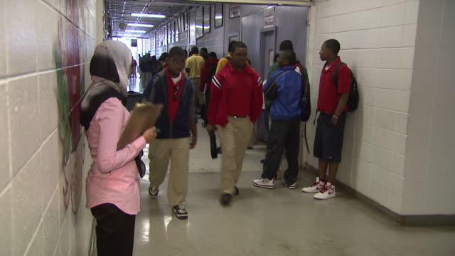 april 25 2010 ms students in school hallway / marks mississippi united states - studente di scuola secondaria allievo video stock e b–roll