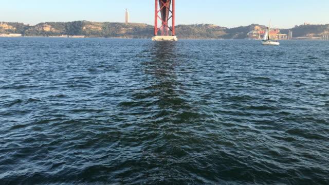 4 月 25 日橋とテージョ川 - 4月25日橋点の映像素材/bロール