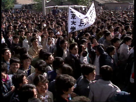 april 27 1989 film montage ws protestors marching and chanting in tiananmen square/ beijing china/ audio - anno 1989 video stock e b–roll