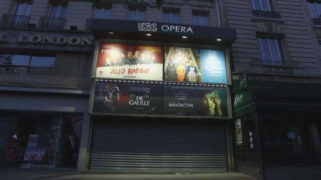 vidéos et rushes de april 28, 2020 in paris, france. cinema closed. cinema ugc opera, boulevard des italiens. - cinema
