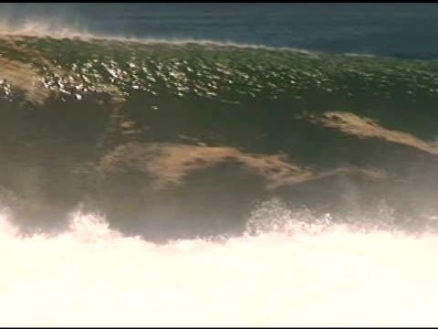 vidéos et rushes de april 3, 2007 a surfer front side carving a heavy wave and wiping out into the break / puerto escondido, oaxaca, mexico - format vignette