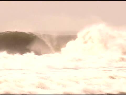vidéos et rushes de april 3, 2007 montage surfers dropping in on different waves / puerto escondido, oaxaca, mexico - format vignette