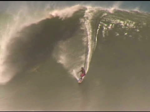 april 3, 2007 professional surfer riding down the face of a heavy 25 foot wave / puerto escondido, oaxaca, mexico - letterbox format stock videos & royalty-free footage