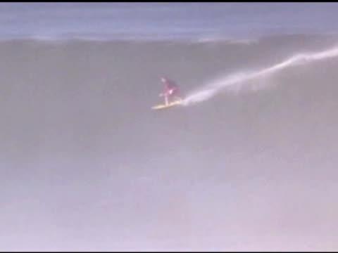 vidéos et rushes de april 3, 2007 surfer riding heavy wave at high speed / puerto escondido, oaxaca, mexico - format vignette