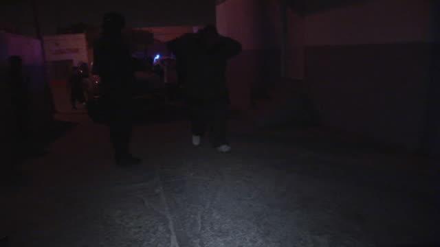 april 3 2009 ms pan arrested men entering police station juarez chihuahua mexico audio - チンピラ点の映像素材/bロール